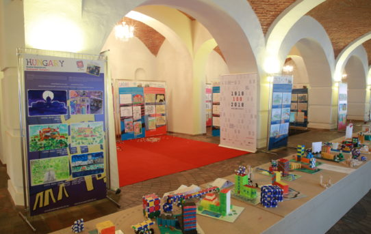 (Čeština) První týden na výstavě 100 let hravé architektury